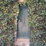 puerta lateral de la iglesia