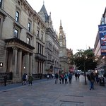 Il centro e la strada principale. Attenzione; i negozi chiudono presto alla sera.
