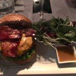 Bacon-cheeseburger mit side salad und scharfer Sauce (Wasabi?)