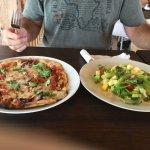 Excellente pizza Château de Carte et salade savoureuse rafraîchissante!