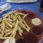 Patatas jotas con siete salsas y bocata beicon