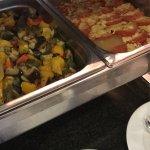 El desayuno buffete es muy rico, amplio y variado, opciones vegetarianas y para personas que con
