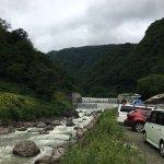 駐車場から砂防ダムまではハイヒールでも大丈夫。砂防ダムも幅が広く水量多く迫力ありました