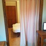La habitación está separada de la sala sólo por una cortina. Hay poca intimidad.