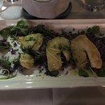 Seebarschfilet auf lila Kartoffeln