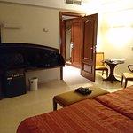 Amplitud de la habitación, televisor, minibar y armario entrada