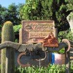 La targa che riporta il n. 1, cioè la prima struttura autorizzata nel Parco della Maremma