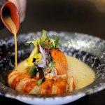 E HOMARD d'Ecosse rôti, légumes nouveaux dans une bisque safranée Roasted Scottish lobster, youn