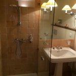 SDB avec WC Belle douche : avec peignoirs