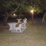 Zona jardín, con mesas, donde pueden hacer sus meriendas, con los más peques por ejemplo.