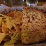 Croque-monsieur avec nachos et sauce salsa