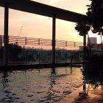 piscine au coucher du soleil