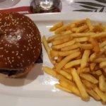 bacon burger avec ses frites.