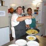 Der Chefkoch Alessandro mit seiner fleißigen Helferin