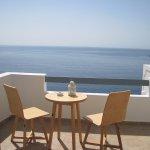 το μπαλκόνι με θέα το πέλαγος