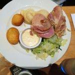 """Un tradicional """"cocido"""" irlandes: lacon, bacon, patatas, repollo"""