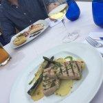 Jag åt grillad tonfisk och mitt sällskap åt bläckfisk. Ingen utav oss blev imponerade. Maten sma