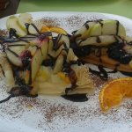 Naleśniki z twarożkiem owocami i polewą czekoladową