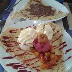 crêpe sorbet cerise, fruits frais abricots et coulis