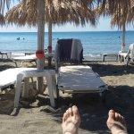 Hundert Meter entfernt der Strandbereich. Liegen für 3,50 € mit Freigetränk je Tag