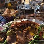 Une assiette belle du poisson frais un service au top et un cadre magnifique.