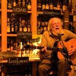 John Kirkbride unterhält uns mit toller Gitarrenmusik