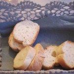 Cestino del pane servito con insalata di polpo