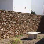Pormenor do muro de separação entre casas