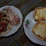 Gallos de carne ahumada con ensalada y queso frito