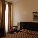 Habitación 402, con luz exterior, cama doble, mesa, un armario que es mejor no abrir