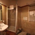 Baño habitación 402, bastante limpio. Toallas, jabones, el secador no es de gran utilidad.