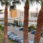 Widok na hotel od strony ulicy