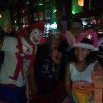 El Staff y el payasito festejando a mi hija por su cumpleaños