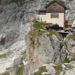 Il rifugio Preuss proprio davanti al Vajolet