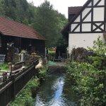 Die Aufseß fließt an der Kuchenmühle vorbei; links das Mühlengebäude