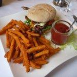 Chicken-Burger mit Süßkartoffel-Pommes