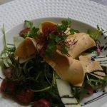Salade de foie gras, tomate confite, parmesan et pignons de pin