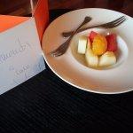 Fruta fresca y nota del Director dando la bienvenida en la habitación
