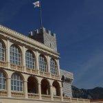 Le palais princier et le drapeau de Monaco