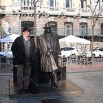 """Con la escultura del """"Viajero"""""""