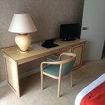 chambre avec bureau confortable