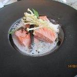 Saumon vapeur,coulis d'épinards, enoki, câpres frits,émulsion d'hibiscus.