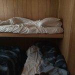chambre pour 4 personnes, aucun confort, ce ne sont que des planches de bois.