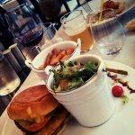 Hamburger avec un pain broché très bon. Les frites maison sont très bonnes