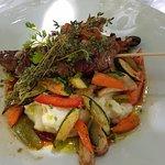 Brochette de boeuf Français avec l'écrasé de pommes de terre, accompagné de petits légumes croqu