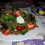 Ensalada de frutos rojos con queso de cabra