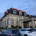 Foto's van het hotel, de ontbijtzaal, de gang en de kamer.