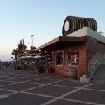 החבית שעל גג המסעדה בחוף דדו