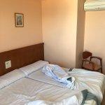 Personal del hotel amable y habitaciones con vistas al mar, pero las habitaciones son ruidosas y