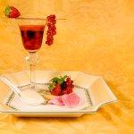 Le zéphyr de fruits rouges à l'infusion de fleurs d'hibiscus, crème glacée au lait d'amandes et